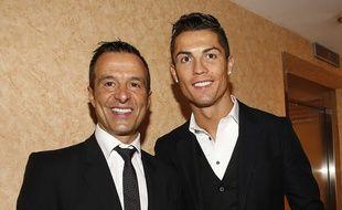 Jorge Mendes, ici avec Cristiano Ronaldo en novembre 2014, est l'agent le plus puissant de la planète foot.