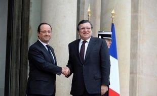 """La Commission européenne a salué mercredi les mesures annoncées la veille par le président français François Hollande, les qualifiant de """"bonne nouvelle"""" et de pas """"dans la bonne direction""""."""