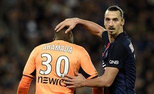 Ali Ahamada, le gardien du TFC, au côté de l'attaquant du PSG Zlatan Ibrahimovic lors de la large victoire de Paris sur Toulouse (5-0), le 7 novembre 2015 au Parc des Princes.