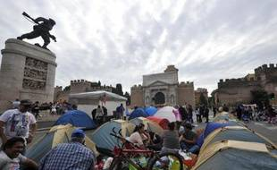 Des centaines de personnes ont annoncé dimanche qu'elles continueraient à camper sur la place Porta Pia dans le centre de Rome pour protester contre l'austérité, les expulsions et pour des logements moins chers.