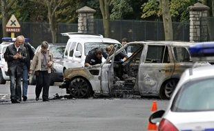 Des enquêteurs le 21 septembre 2011 à Orly après le braquage d'un dépôt de fonds