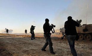 Des reporters photographient les chars de l'armée israélienne aux abords de la bande de Gaza, le 7 janvier 2009.