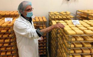 Pierre Gairot, responsable d'atelier à la fromagerie du Curé nantais.