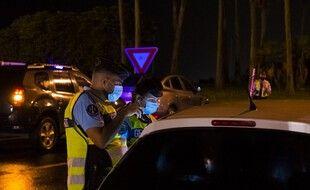 Des gendarmes contrôlent un véhicule à Ducos, en Martinique, le 30 juillet 2021, alors que les autorités viennent de mettre en place un couvre-feu.