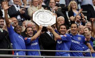 Les joueurs de Chelsea, soulevant le trophée du Community Shiled, le 9 août 2009 à Wembley.