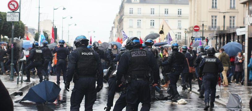 La police a chargé la tête de cortège lors de la manifestation contre la réforme des retraites, le 12 décembre 2019 à Rennes. Un homme en fauteuil roulant a été renversé.