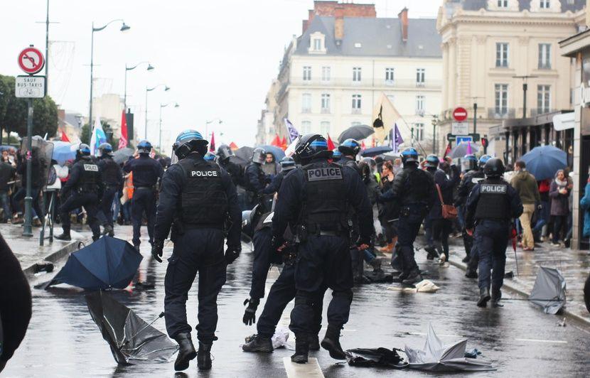 VIDEO. Rennes : Un homme en fauteuil roulant renversé lors d'une charge de la police