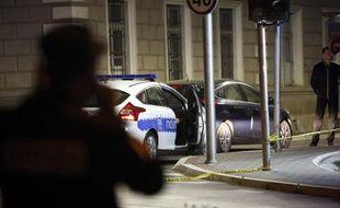 La police bosnienne sécurise le périmètre autour d'un poste de police attaqué, le 27 avril 2015 à Zvornik, Republika Srpska (RS), entité serbe de Bosnie