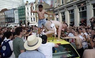 Dans les rues de Londres, des fans célèbrent la victoire de l'Angleterre face à la Suède en quart de finale.