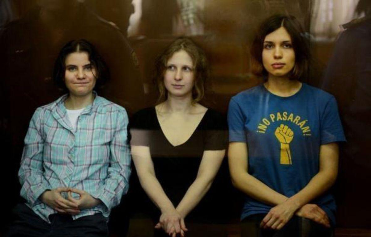 La Russie fait face samedi à une volée de critiques après la condamnation la veille à deux ans de camp des trois jeunes femmes du groupe de punk rock russe Pussy Riot, une peine qui pourrait toutefois être adoucie en appel, selon certains observateurs. – Natalia Kolesnikova afp.com