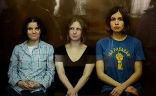 La Russie fait face samedi à une volée de critiques après la condamnation la veille à deux ans de camp des trois jeunes femmes du groupe de punk rock russe Pussy Riot, une peine qui pourrait toutefois être adoucie en appel, selon certains observateurs.