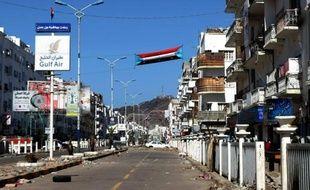 Jadis port prospère, Aden, grande ville du sud du Yémen, offre à première vue l'image d'une ville tranquille, mais la menace des groupes armés et des jihadistes liés à Al-Qaïda est réelle.