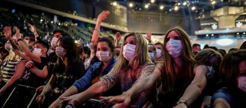 Une foule masquée au concert-test d'Indochine à l'AccorHotels Arena à Paris le 29 mai 2021.
