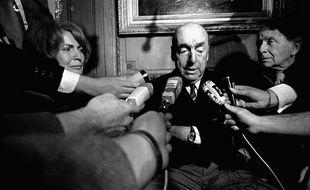 Pablo Neruda répondant aux journalistes à Paris, le 21 octobre 1971.