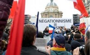 Manifestation devant le Sénat hier.