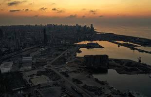 La zone portuaire dévastée de la capitale libanaise Beyrouth, dans l'obscurité lors d'une panne de courant, le 11 octobre 2021.