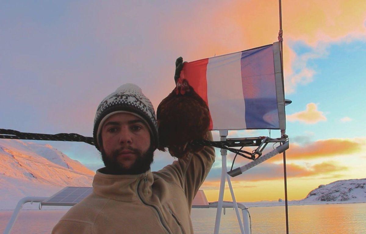 Guirec et sa poule Monique arborent le drapeau français depuis le Groenland. – Voyage D'Yvinec