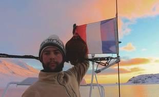 Guirec et sa poule Monique arborent le drapeau français depuis le Groenland.