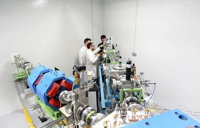 Des chercheurs strasbourgeois en plein réglage du faisceau de protons à côté de l'accélérateur de particules Cyrcé à Strasbourg.