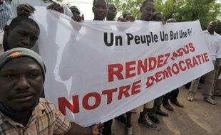 La junte qui a pris le pouvoir au Mali le 22 mars était vendredi plus que jamais sous pression, après la menace d'un embargo aux conséquences potentiellement désastreuses brandie par l'Afrique de l'Ouest si l'ordre constitutionnel n'est pas rétabli d'ici lundi.