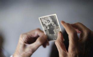 Une personne atteinte de la maladie d' Alzheimer avec une photo d'elle le 18 mars 2011 dans une maison de retraite à Angervilliers