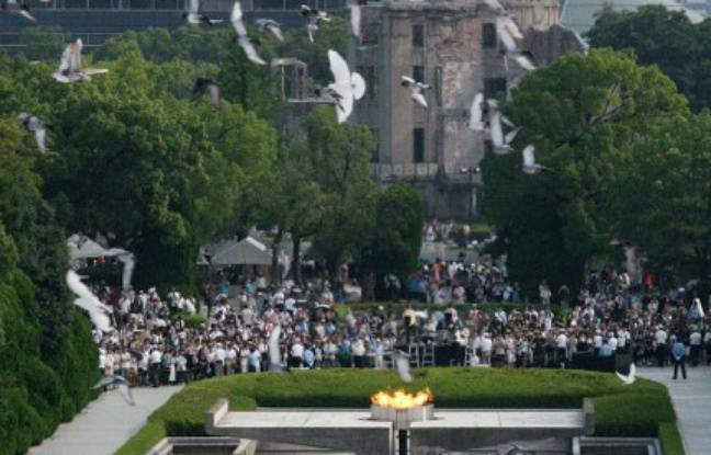 Des colombes survolent le Mémorial de la paix à Hiroshima (Japon), le 6 août 2016, lors d'une cérémonie à la mémoire des victimes de la première bombe atomique de l'Histoire.