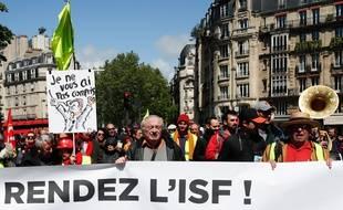 Des gilets jaunes manifestent à Paris le 27 avril 2019.