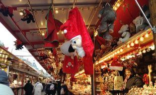 Dans les allées du marché de Noël de Strasbourg.