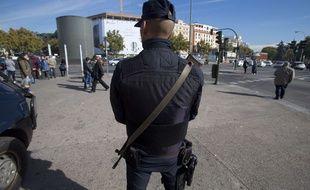 Un policier espagnol à Madrid, le 18 novembre 2015