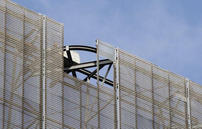 Des dégâts sur une tour d'Euralille à cause de la tempête Ciara.