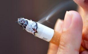 Une femme finit de fumer une cigarette (image d'illustration).
