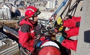 Lille, le 16 février 2018. Les pompiers du GRIMP s'entraînent a effectuer une évacuation sanitaire depuis le sommet du beffroi de la mairie de Lille en amont de la Tower run qui doit être organisée fin 2018.