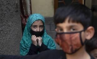 Des enfants du Cachemire, jeudi 19 mars 2020, alors que des cas d'infection au coronavirus viennent d'être détectés dans la région