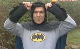 Capture d'écran d'un reportage d'ITV révélant l'identité du Batman de Bradford (Grande-Bretagne), Stan Worby.