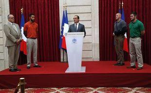 François Hollande remet la Légion d'honneur aux «héros» du Thalys le 24 août 2015.