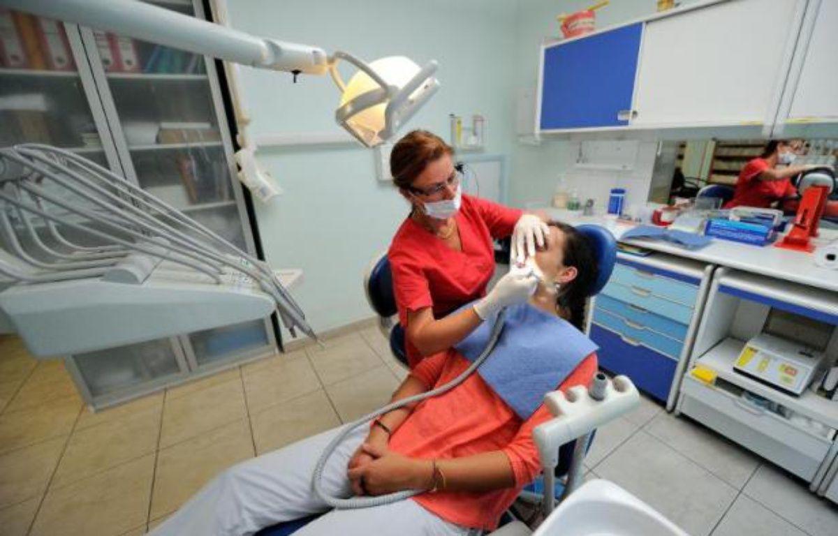 """Certains patients ont trouvé porte close ce lundi en allant consulter leur dentiste: la profession était appelée à faire grève par son principal syndicat, un mouvement """"rarissime"""" contre le désengagement de la Sécu qui a contribué, selon lui, à saler la facture des soins ces dernières années. – Philippe Huguen AFP"""