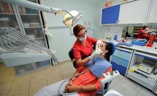 """Certains patients ont trouvé porte close ce lundi en allant consulter leur dentiste: la profession était appelée à faire grève par son principal syndicat, un mouvement """"rarissime"""" contre le désengagement de la Sécu qui a contribué, selon lui, à saler la facture des soins ces dernières années."""