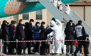 Des passagers rapatriés de Chine sont testés à leur arrivée à Istres, le 2 février 2020 (photo fournie par les autorités françaises).