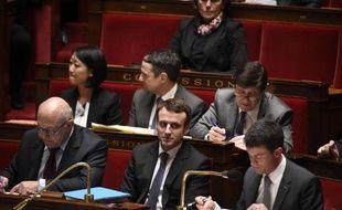 Michel Sapin, Emmanuel Macron et Manuel Valls à l'Assemblée nationale au cours du débat sur la motion de censure, le 19 févrirer 2015
