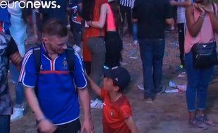Un gamin fan du Portugal console un français