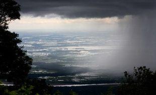 En periode de mousson, de juillet a octobre, les pluies s'abattent sur les plaines du Bangladesh.