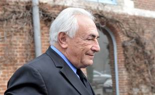 Dominique Strauss-Kahn quitte son hôtel pour se rendre au tribunal de Lille, le 16 février 2015 / AFP PHOTO / FRANCOIS LO PRESTI