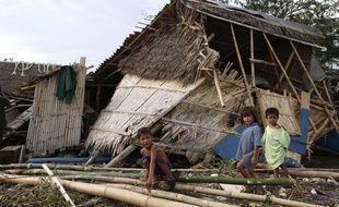 Une maison endommagée, à Bajaoan, sur la côte des Philippines, le 17 juillet 2014.