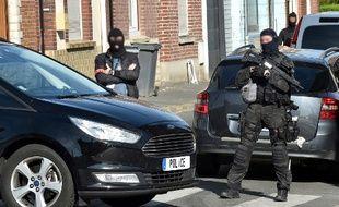 Des policiers de la DGSI lors d'une opération à Wattignies, dans le nord de la France, le 5 juillet 2017.