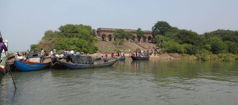 Le bateau était amarré à côté d'Hukitola, une île du fleuve Mahânadi très fréquentée par les touristes, lorsqu'il a chaviré