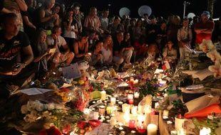 La foule s'est réunie au bout de la promenade des Anglais pour rendre hommage aux 84 victimes de l'attaque du 14 juillet 2016.