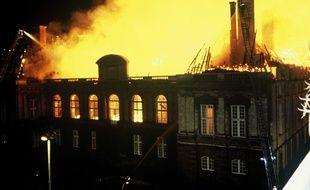 Le Parlement en flammes dans la nuit du 4 au 5 février 1994.