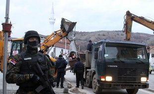 Le démantèlement dimanche d'un monument érigé à la mémoire d'insurgés albanais à Presevo, ville du sud de la Serbie en majorité albanaise, a été vivement dénoncé par les autorités locales et risque d'accroître les tensions dans cette partie du pays.