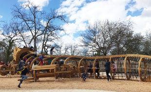 Les jeux de la forêt du Bourgailh à Pessac, sont des sculptures représentant les animaux de la forêt