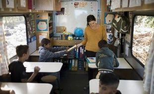 """""""Bonjour, on vient chercher les enfants pour l'école!"""". C'est la rentrée jeudi au bidonville de La Courneuve où vivent un millier de Roms. Trois enseignants font classe dans des camions colorés, dans l'espoir d'inscrire un jour les élèves dans une école en dur."""